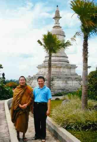 Seno Wibowo di stupa Bodhiratana, Vihara Bodhigiri
